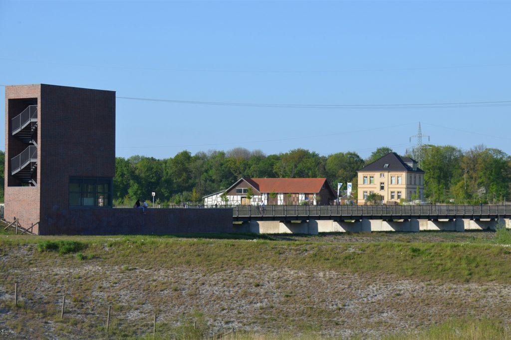 Über das Sperrwerk führt eine Holzbrücke. Sie verbindet den Emscherweg mit dem Hof Emschertal. Während der Bauarbeiten ist die Brücke gesperrt.