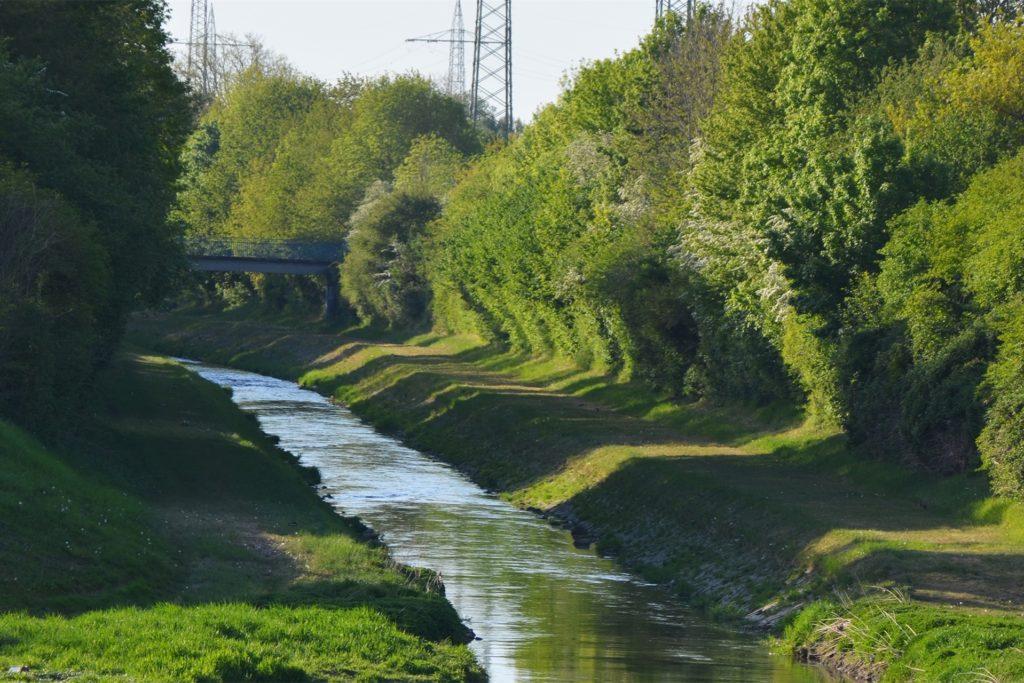 500 Meter flussabwärts, in Höhe der JVA Meisenhof, ist eine Brücke, die ein Überqueren der Emscher während der Bauzeit ermöglicht.