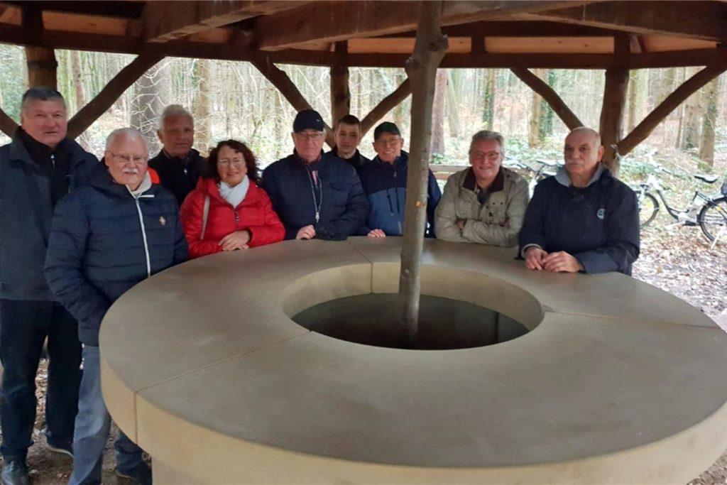 Am Nachbau des Steinernen Tischs im Barloer Busch tagt am 17. Juni die Bürgerrunde Feldmark.