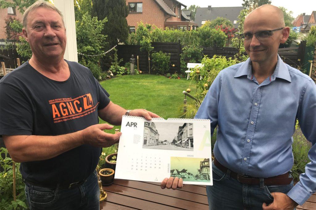 Mario Pallasch (l.) und Marc Frese vom Stadtteilverein Mein Ickern mit dem diesjährigen Ickern-Kalender, der zum 800. Geburtstag des Stadtteils erschienen ist.