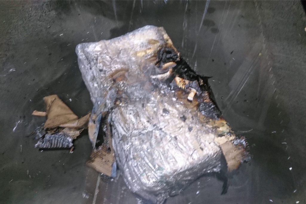 Mehrere durch den Brand beschädigte Pakete wurden mit einem C-Rohr nachgelöscht. Die Sprinkleranlage hatte ihre Aufgabe perfekt erfüllt.