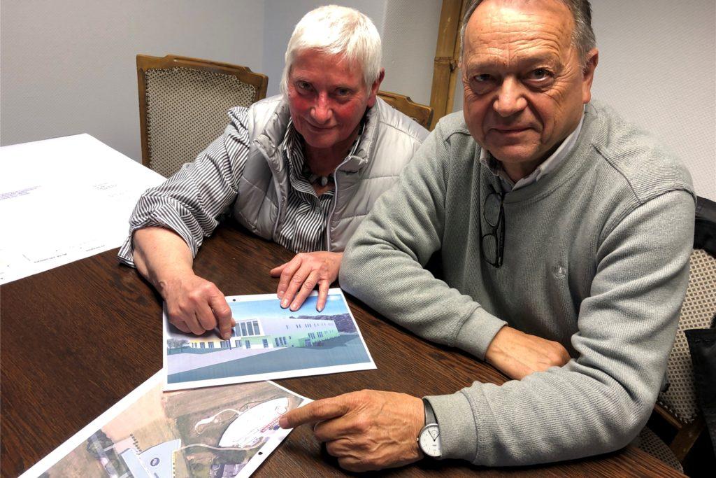 Elisabeth Grümer und Architekt Klaus Winkelmann mit Plänen für das Kinderhospiz.
