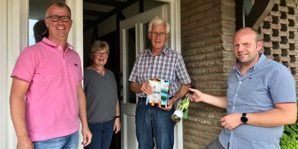 Schütze Rudi Lindemann und seine Frau Änne, die vor vierzig Jahren Königin war, freuen sich über das Care-Paket.
