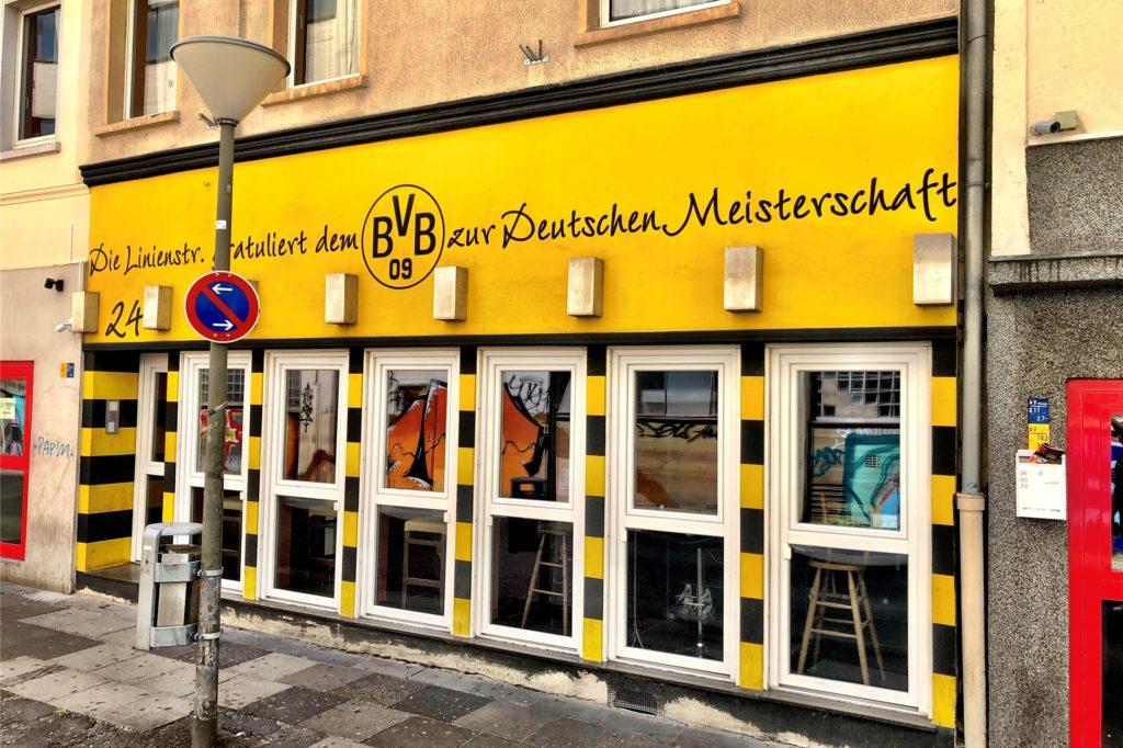 2012 änderte sich die Fassade dieses Hauses. Schalker, so sagen sie in der Linienstraße, hätten seit diesem Tag manchmal Probleme, hier einzutreten.