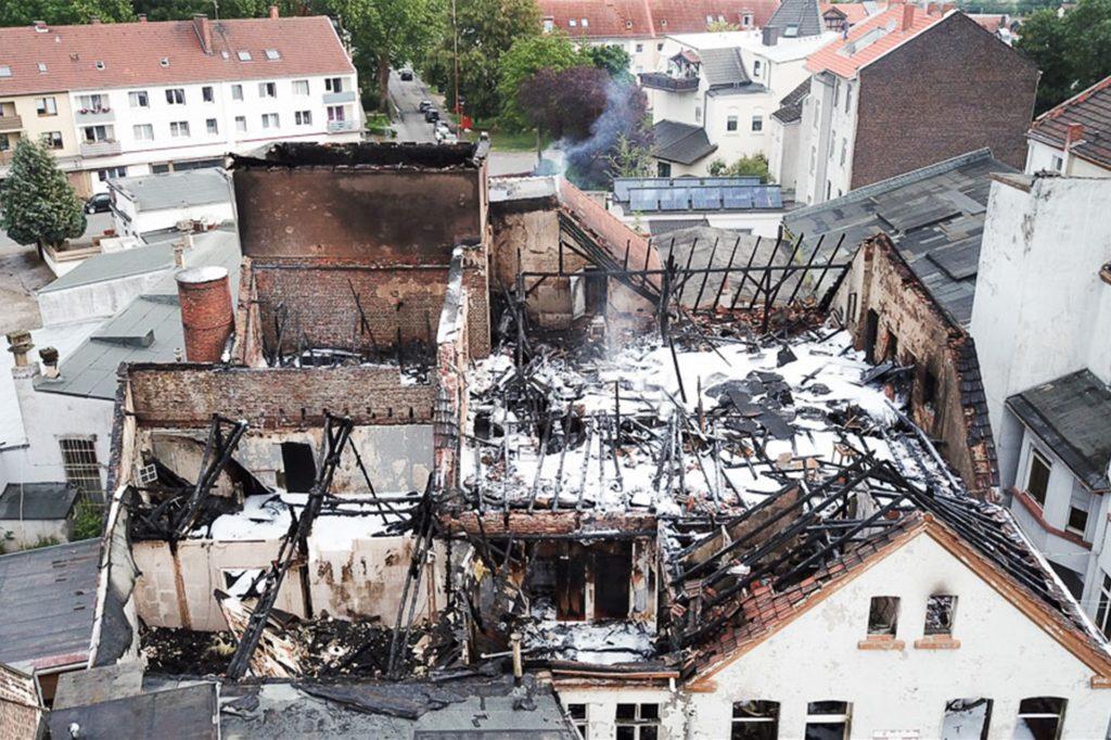 Das Areal erstreckt sich bis zur Castroper Straße (im Hintergrund). Die Gewerberäume brannten komplett aus und sind einsturzgefährdet.