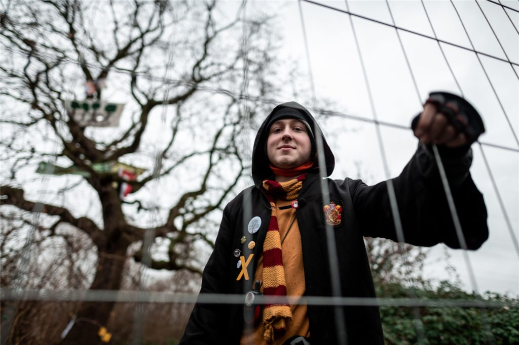 Aktivist Johannes Wilkat, auch Hambi Potter genannt, Mitte Januar 2020 hinter dem Bauzaun: Der begrenzte damals die Fläche unter der rund 250 Jahre alten Stieleiche in Habinghorst.