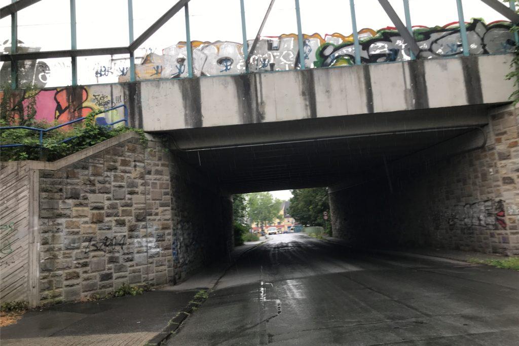 Standort Emscherstraße: Hier ist grundsätzlich relativ wenig los. Aber hier kommt die Emscher der Autobahn A2 so nah wie sonst fast nirgendwo. Und die Lärmschutzwand, oder besser das Mauerwerk der Unterführung, sind kein Schmuckstück.