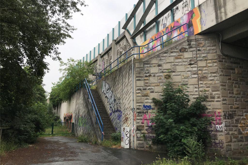 Dieses Stückchen A2-Mauer ist von der Emscherstraße aus einzusehen. Allerdings relativ verdeckt durch die Bäume. Es trägt schon Graffiti-Kunst, oder andere würden eher sagen fiese Schmierereien, die mit Graffiti nichts gemein haben außer die Art der Sprühfarbe.