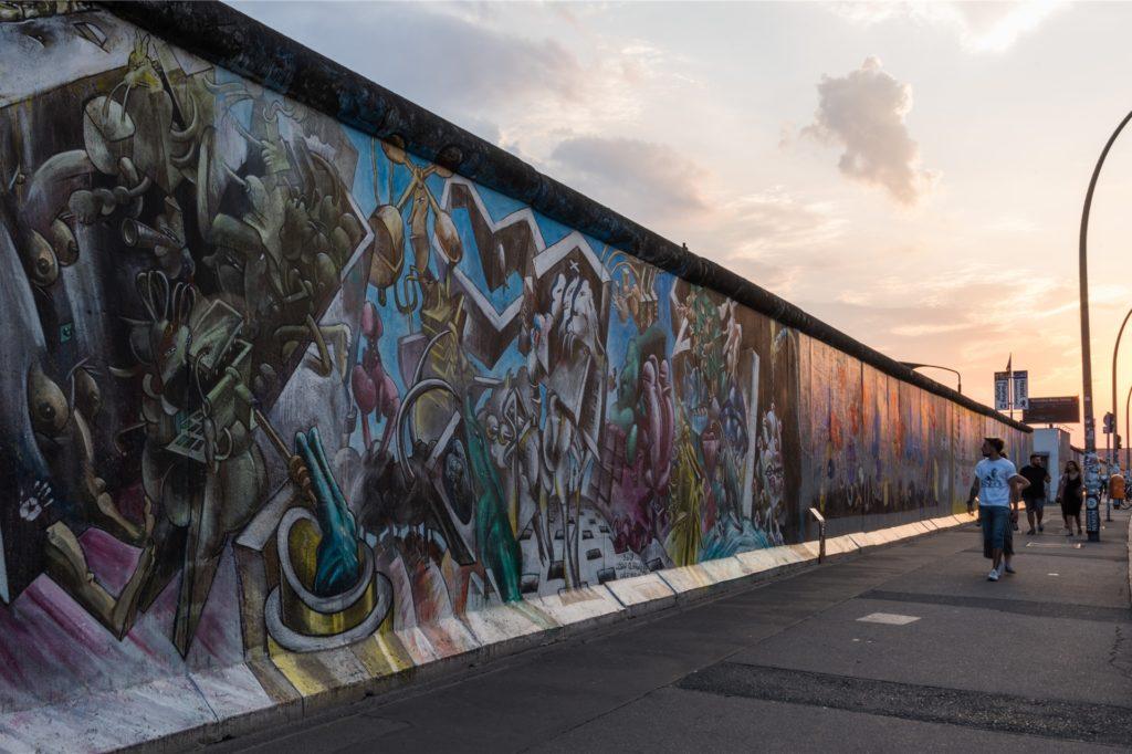 Das ist die East Side Gallery in Berlin: Die Berliner Mauer war zur Zeit der deutschen Teilung ein Ort der Abschreckung und des Schreckens - heute ist sie ein Touristenziel.