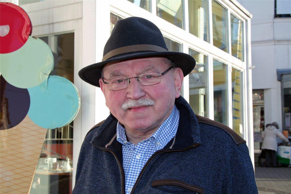 Wilhelm Mohrenstecher vor dem Café Blickpunkt: Er selbst wird das Café nicht mehr betreiben.