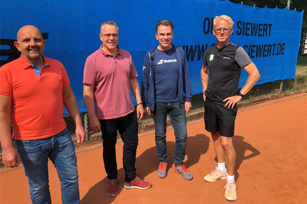 Die TC-Grävingholz-Mitglieder Uwe Planer, Frank Sievert, Carsten Ritter und Christoph Weber (v.l.) freuen sich über 15 neue Sichtplanen für die sieben Plätze des TC Grävingholz.