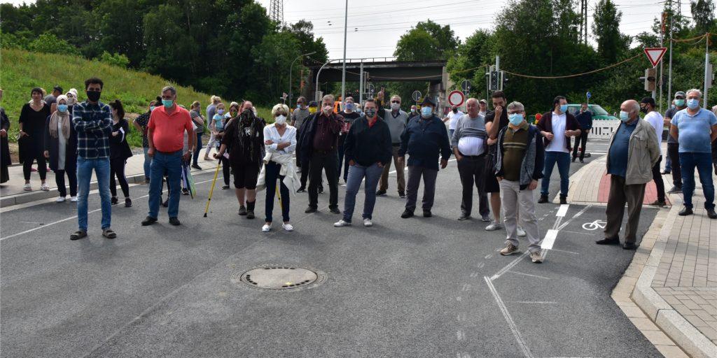 Etwa 50 bis 60 Anwohner haben sich an der Kreuzung Wambeler Heide/Rüschebrinkstraße versammelt. Im Hintergrund ist die Baustelle Sinterstraße/Rüschebrinkstraße.