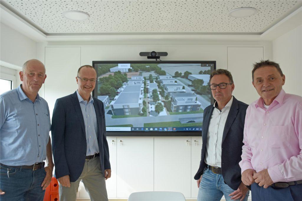 Das Projekt erfahre eine große Unterstützung durch die Gemeinde Nordkirchen, sagt Frank Austrup (2.v.l.). Er selbst, Architekt Lothar Steinhoff (2.v.r.), Bürgermeister Dietmar Bergmann (r.) und Bauamtsleiter Josef Klaas stellten den aktuellen Stand des Projekts jetzt im Bauausschuss vor.