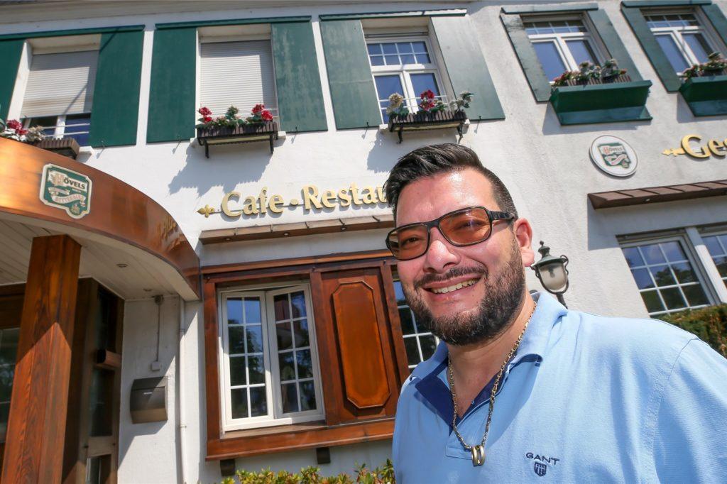 """Antonio Link von """"Hopfen und Salz"""" vor seiner Gastronomie in Lütgendortmund"""