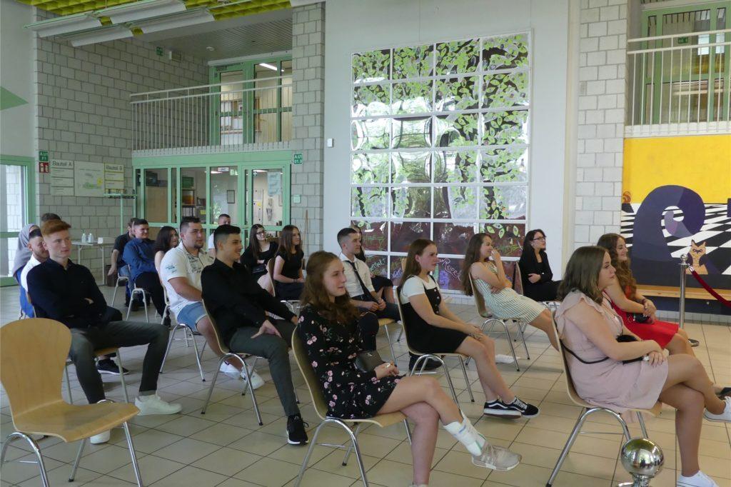 Schüler der 10b von Klassenlehrerin Ingrid Bednarski während er Abschlussfeier in der Ludwig-Uhland-Realschule.