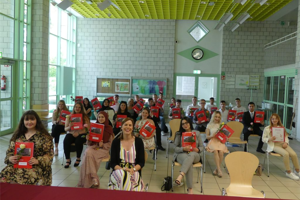 Klassenlehrerin Anja Skoupi (vorne M.) freute sich mit ihren Schülern aus der 10a über den gelungenen Schulabschluss.