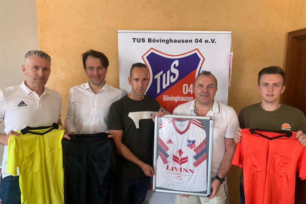 Mit der Verpflichtung von Amir Aletic (l.), Marius Feldmeier (2.vl.), Andreas Braun (M.) und Dennis Joseph (r.) haben Ajan Dzaferoski (2.v.r.) und der TuS Bövinghausen ein ungewöhnliches Neuzugänge-Paket geschnürt.