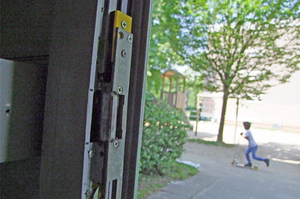 Die kaputte Haustür ist notdürftig geflickt. Trotzdem schließt sie nicht richtig.