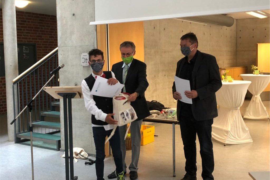 Schulleiter Norbert Heßling (M.) verabschiedete die Schüler und überreichten ihnen symbolisch noch eine kleine Tasche für den weiteren Lebensweg.