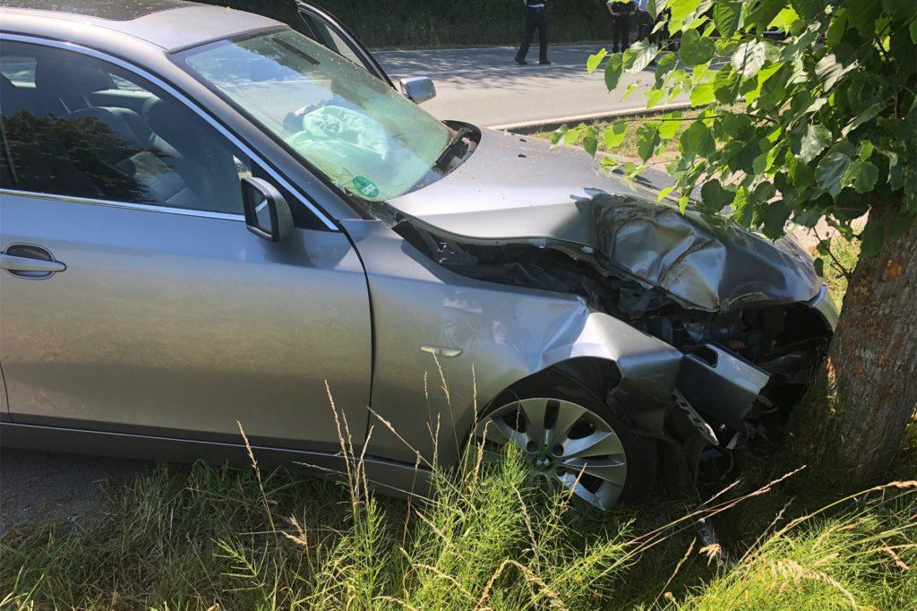 Gegen einen Baum prallte das Auto des 74-Jährigen.
