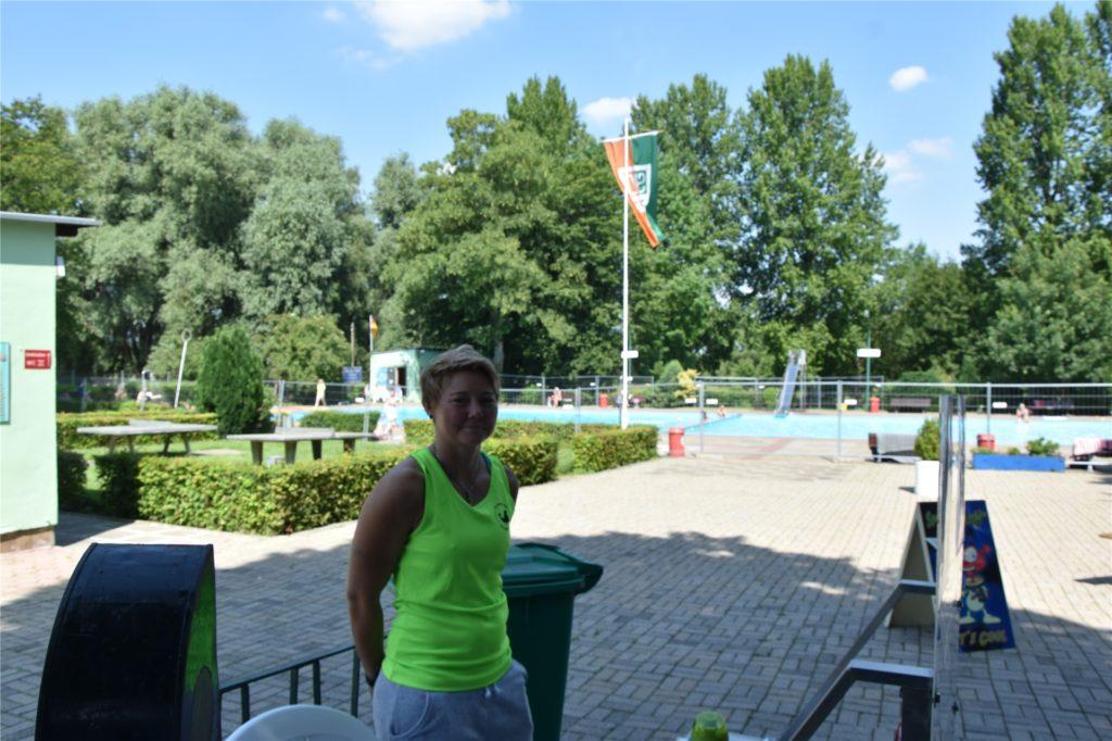 Christiane Bartel, Geschäftsführerin des SV Derne, empfängt die Gäste am Eingang.