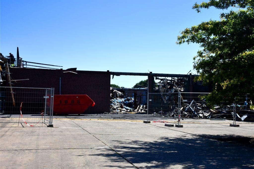 Die Aufräumarbeiten rund um die Brandruine am alten Standort an der Straße Haus Volmering dauern noch an.
