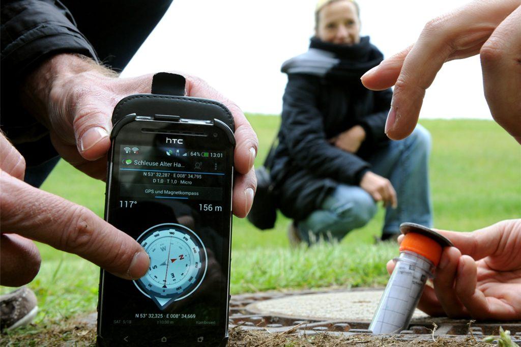 Beim Geocaching ist das Handy (oder das GPS-Gerät) der Kompass, um einen kleinen Schatz zu finden.