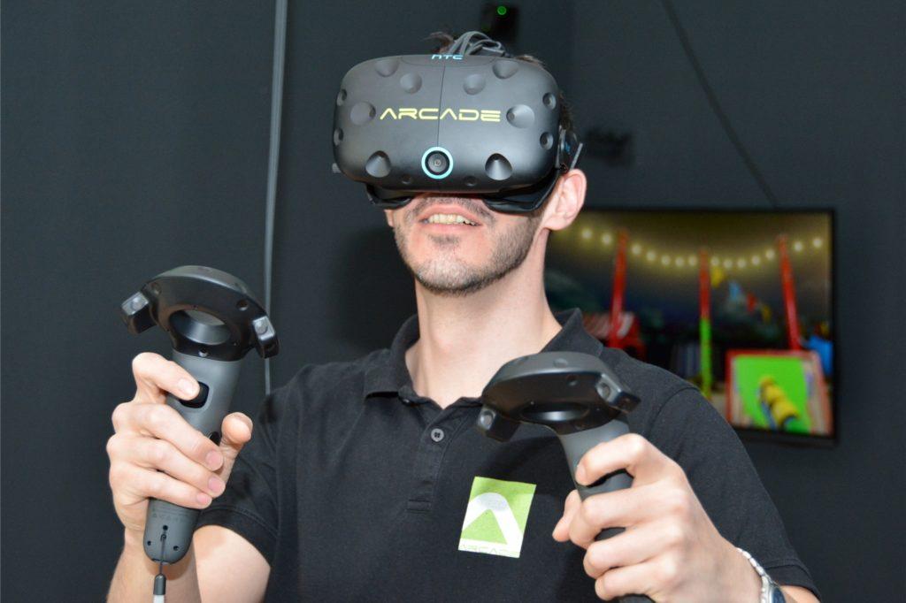 Beim Spielen mit der Virtual-Reality-Brille bewegt man sich in einer virtuellen Welt und steuert die Spielfigur mit dem ganzen Körper. Das macht auch den Erwachsenen Spaß.