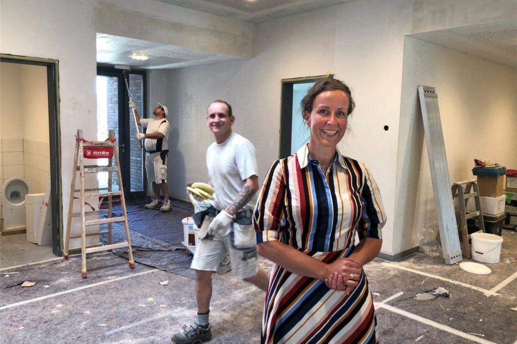 Kita-Leiterin Ruth Plate macht sich auf der Baustelle am Hessenweg ein Bild vom Fortschritt der Arbeiten.