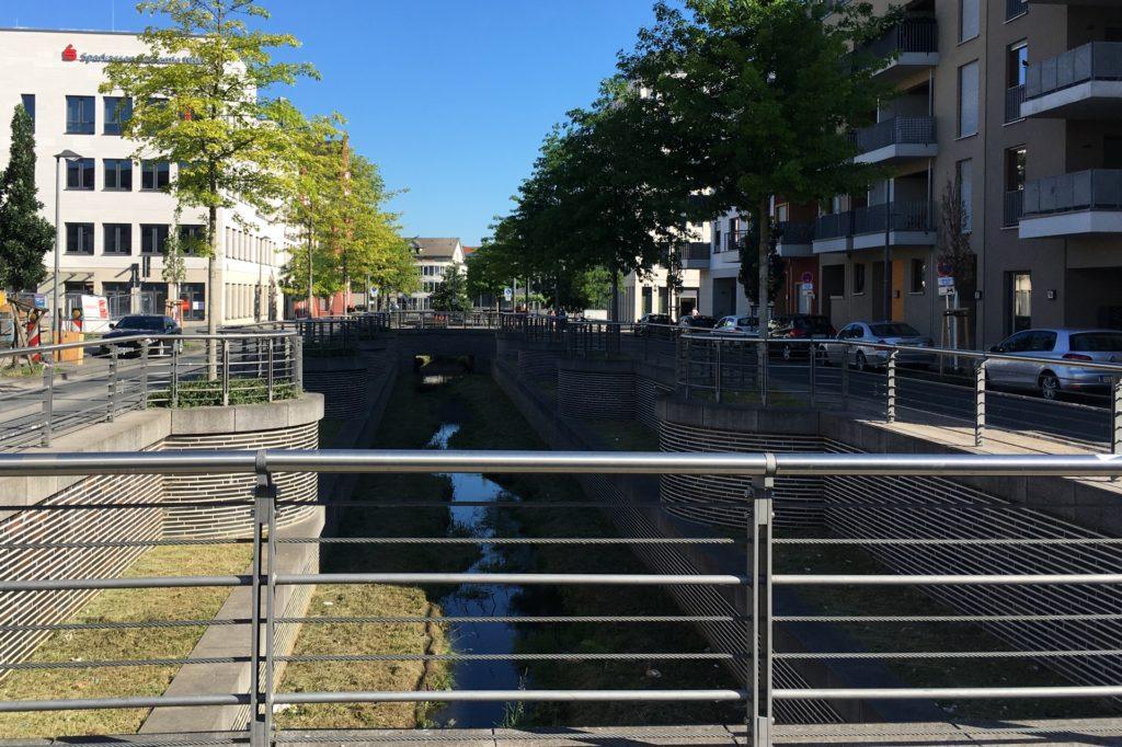 Die Geländer umfassen den Bachlauf auch an den Brücken und darüberhinaus das Bodendenkmal an der Hörder Burg.