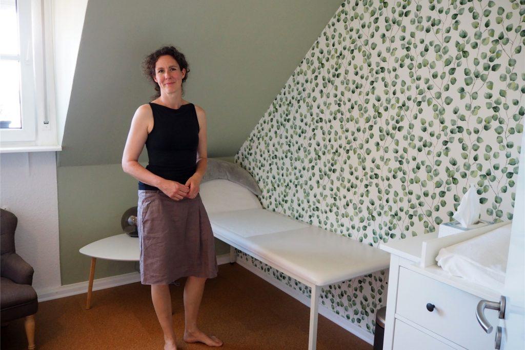 Vera Baur zeigt den neuen Behandlungsraum, den das gesamte Team selbst umgestaltet und renoviert hat.