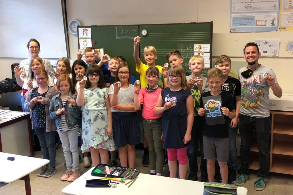 Eine 4. Klasse der Bischof-Martin-Grundschule in Nienborg freut sich über die Radiergummis mit dem Kindernotinsel-Logo.