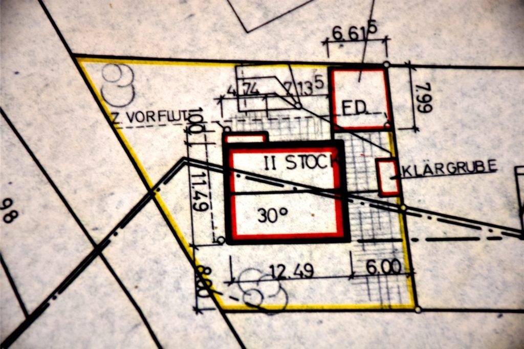Der Blick in den Grundstücksplan zeigt es: Die Grenzlinie zwischen Oeding und Burlo läuft mitten durch das Haus von Clemens und Monika Seggewiß.