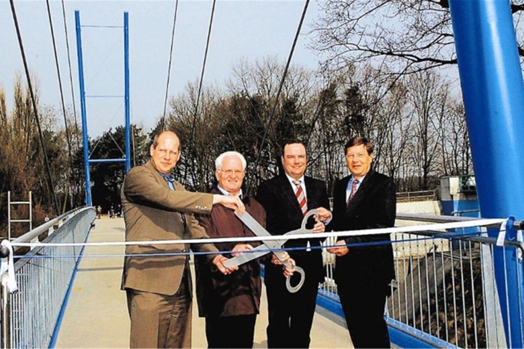 2006 wurde die Hängebrücke am Walzenwehr feierlich eingeweiht.
