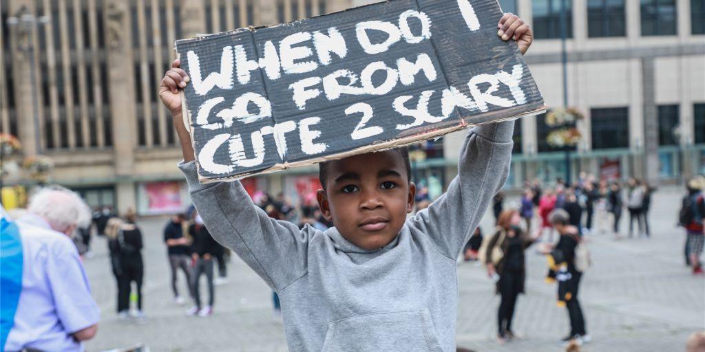 Rassismus sei in Dortmund allgegenwärtig. Dagegen gingen am Samstag mehr als 500 Menschen auf die Straße. Schon als Kinder machten Menschen mit dunkler Hautfarbe rassistische Erfahrungen, so die Teilnehmer.
