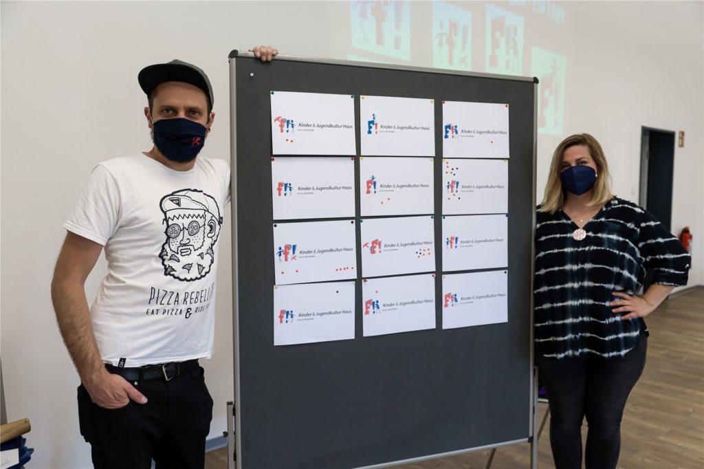 """Patrick Westermann und Anna Schmidt sind die Leiter der neuen Einrichtung und haben beim Tag der offenen Tür verschiedene Logoentwürfe für das """"F"""" vorgestellt."""