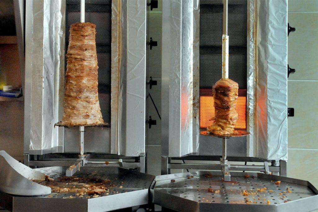 Im Alexandra-Grill dreht sich nach Wahl Hähnchen- und Schweinefleisch auf den Gyrosspießen.