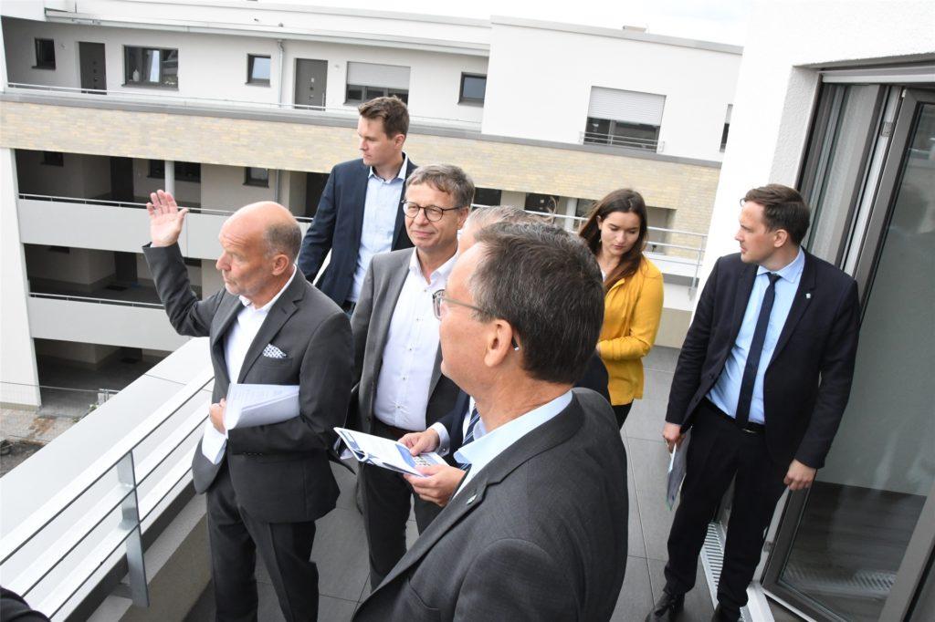 WBG-Chef Rainer Heubrock (l.) erklärte Axel Gedaschko (vorn) Details zum Wohnprojekt am Campus.