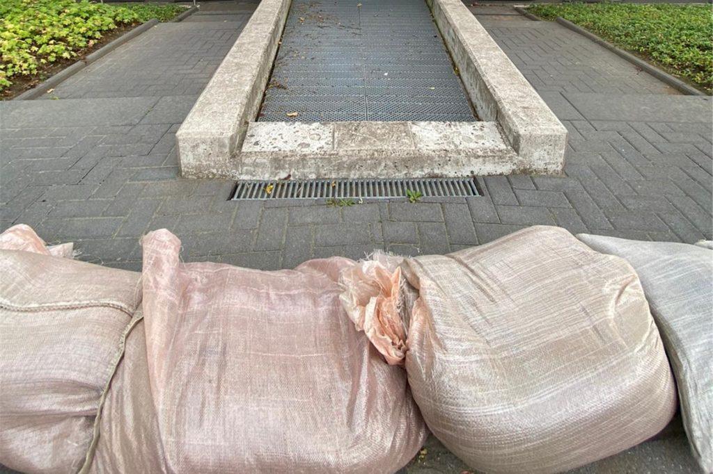 Kita Maulwurf wappnet sich mit Sandsäcken gegen Regen.