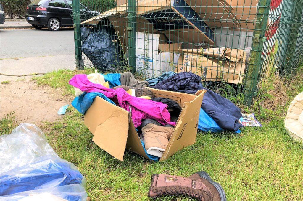 Auch gebrauchte Kleidung wurde nicht im, sondern neben dem Container entsorgt.
