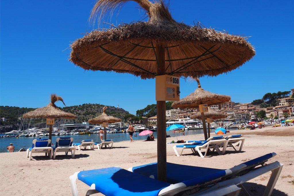 Am Strand von Port de Sóller gibt es noch freie Liegen.