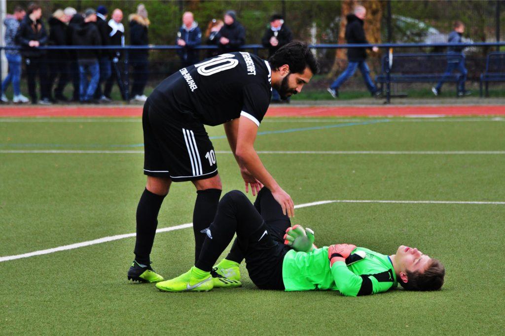 Castrops junger Torhüter Fabian Leinhäuser lag nach dem Schlusspfiff der Partie der SG beim FC Marl minutenlang untröstlich auf dem Platz, und ließ sich auch von Abdeliatif Chergui nicht auf die Beine helfen.