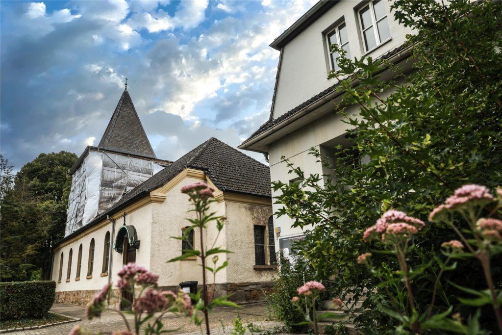 Der romanische Turm der Lindenhorster Kirche stammt aus der Mitte des 12. Jahrhunderts.