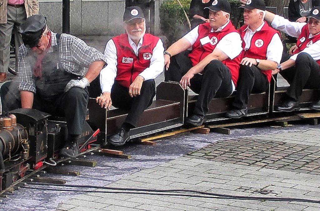 Eine Kindereisenbahn ließen die Eisenbahnfreunde Schwerte beim Pannekaukenfest über den Postplatz dampfen und gönnten sich natürlich auch selbst eine Runde.