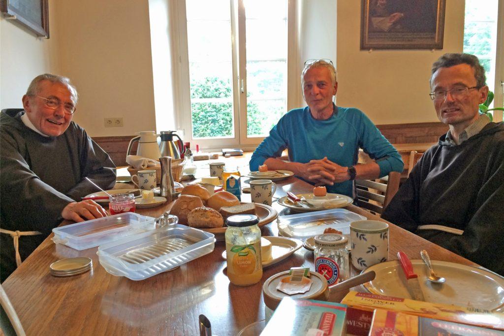 Eine Nacht im Kapuzinerkloster in Werne: Pater Gisbert Schütte (l.) und Guardian Romuald Hülsken (r.) nahmen Pilger Andreas Tielitz für eine Nacht im Kloster auf. Am Früchstückstisch tauschten sich die Männer im Juni 2018 rege aus.