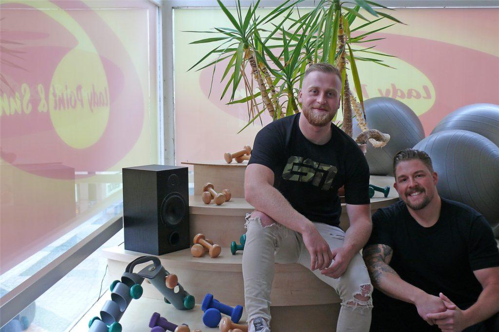 Stanislaus Dolgoff und Malte Ströhlein (v.l.) eröffnen das neue Fitnessstudio