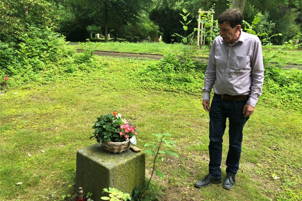 Struck auf dem Hauptfriedhof vor einer Trauerstätte, die jemand auf dem anonymen Grabfeld angelegt hat.