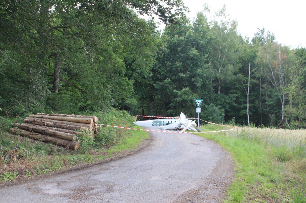 Der Rumpf der zweiten Maschine lag auf einem Feldweg.