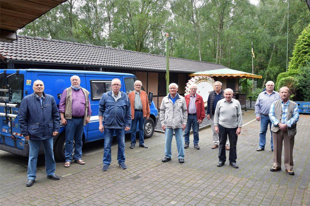 Die Sänger der ersten Stimmlage warten vor dem Grubenwehrheim auf ihren Auftritt.