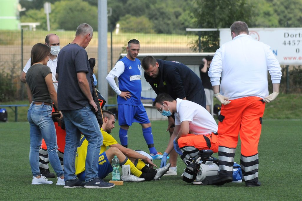 Schwerins Neuzugang André Muth (gelbes Hemd) verletzte sich bei einem Zusammenprall mit VfB-Keeper Julian Jarkulisch. Der Stürmer wurde ins Krankenhaus abtransportiert – mit Verdacht auf Schien- oder Wadenbeinbruch.